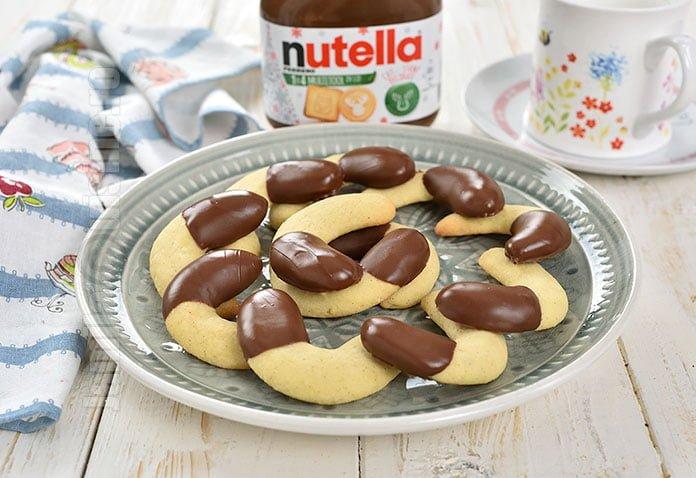 Fursecuri semiluna cu vanilie si Nutella